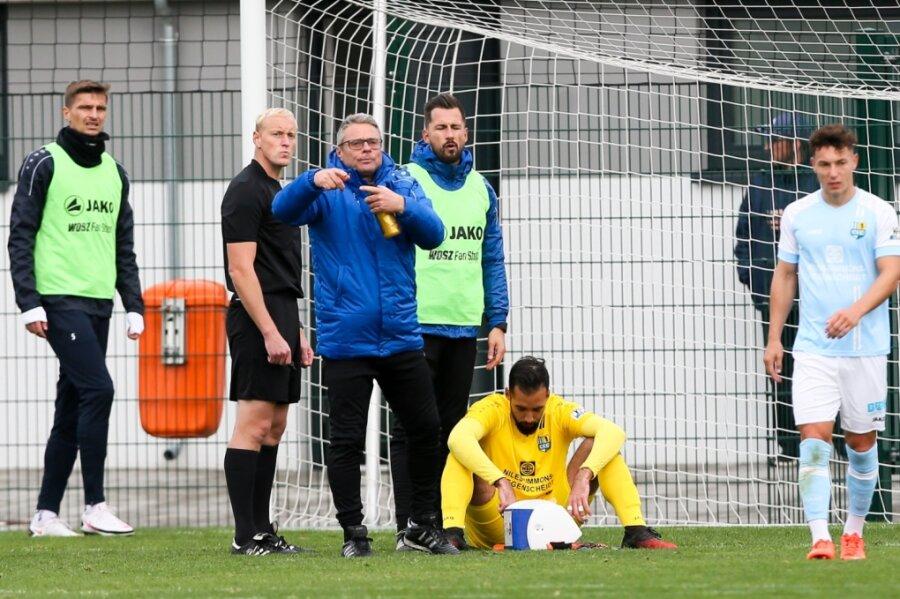 Physiotherapeut Olaf Renn (3. von links) zeigte es an: Für CFC-Keeper Isa Dogan (gelb) ging es beim 5:1-Sieg seines Teams in Grimma nach einem Zusammenprall mit einem Gegenspieler nicht weiter. Einige Zähne hatten sich nach hinten verschoben, diese wurden im Krankenhaus gerichtet.