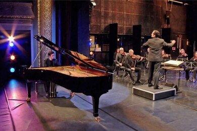 Der Screenshot zeigt die Clara-Schumann-Philharmoniker Plauen-Zwickau und den Pianisten Frank Dupree während der Aufnahme des 2. Klavierkonzerts von Brahms.