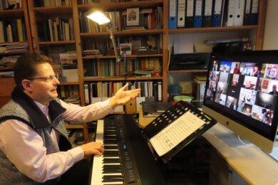 Die erste Onlineprobe des Collegium Musicum Werdau war ein voller Erfolg. Georg Christoph Sandmann gab aus seinem Arbeitszimmer zu Hause den Takt vor.