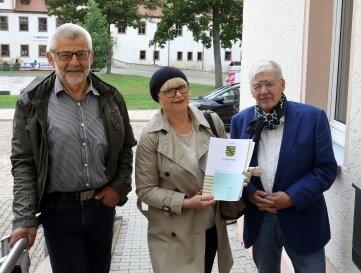 Bürgermeister Bernd Pohlers (links) mit Sabine und Peter Tauscher.