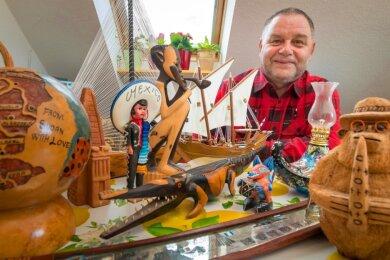 Zahlreiche Souvenirs aus aller Welt hat Gerd Eilzer mit ins heimische Dörnthal gebracht.