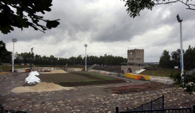 Bis hierher - und keinen Handschlag weiter: Aus seinem derzeitigen Zustand wird das Stadion bis zum kommenden Frühjahr befreit. Dann taugt es zwar wieder als Sportstätte, nicht aber für höherklassigen Fußball.