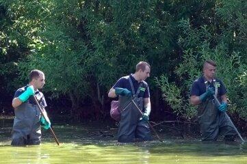 Einsatzkräfte suchen den Knappteich ab. Am Freitag fanden sie eine Leiche.