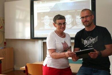 Kunstlehrer Thomas Mai und Schulleiterin Barbara Kunzmann sind stolz auf die neue Homepage.