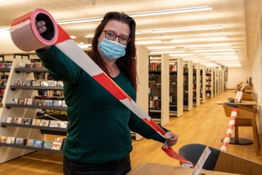 """Die Rochlitzer Bibliothek """"Alte Lateinschule"""" hat geöffnet. Wegen der Coronapandemie hat man in der Einrichtung aber Vorsichtsmaßnahmen getroffen.Unter anderem wurden alle Sitzmöglichkeiten abgesperrt. Im Bild: Bibliotheksleiterin Mandy Uhlemann."""