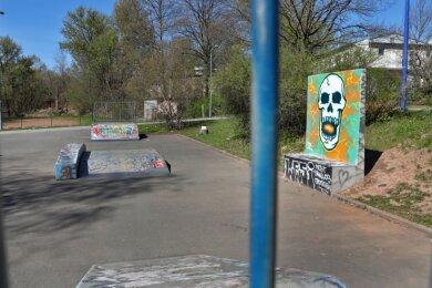 Die Graffitiwand mit Sitzgelegenheit (rechts) an der Skateranlage am HOT-Sportzentrum gehört zu den Projekten, die mit Geld aus dem Hohenstein-Ernstthaler Bürgerhaushalt 2020 umgesetzt wurden.
