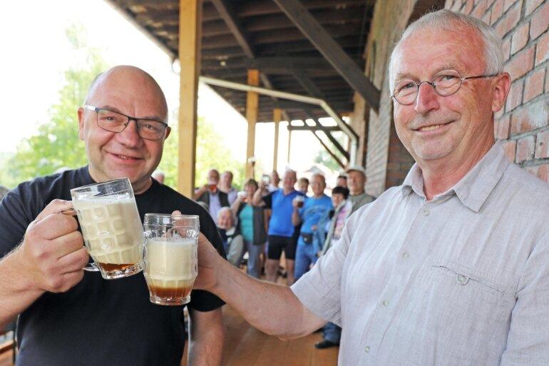 Es ist geschafft: Mit dem ersten offiziell gezapften Rotbier stoßen BAB-Initiator Ronny Erfurt (l.) und Halsbrückes Bürgermeister Andreas Beger an.