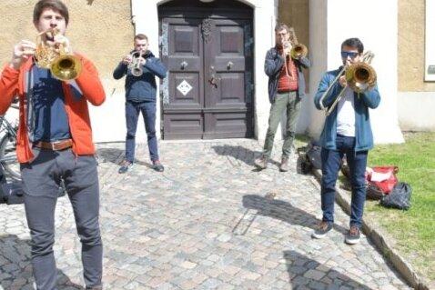 Die Trompeter Stefan Leitner (l.) und Johann Schuster sowie die Posaunisten Stefan Zieger und Alexis Gonzalez vor einem früheren Auftritt auf dem Turm der Freiberger Petrikirche.