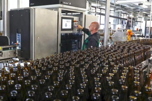 Mitarbeiter Steffen Krämer bedient in der Zwickauer Mauritius Privatbrauerei den neuen Flascheninspektor, der gut 30.000 Mehrwegflaschen pro Stunde vor den Befüllen penibel prüft.