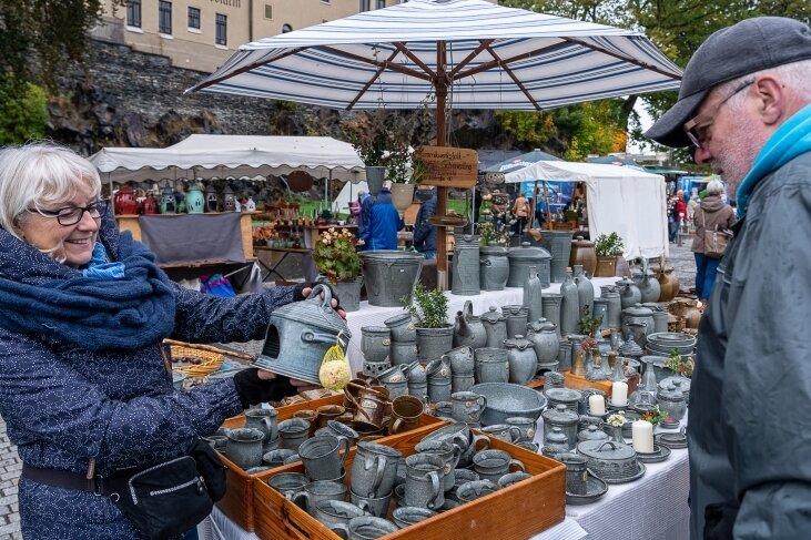 Coronabedingt musste der Markt im vergangenen Jahr auf den Parkplatz an der Schlossarena ausweichen. Damals bot dort Mechthild Schinnerling aus Zeulenroda ihr Gebrauchsporzellan an. In diesem Jahr präsentieren die Händler ihre Produkte wieder auf dem Altmarkt.