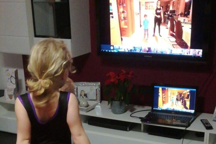 Mia übt am Fernseher die Übungen ihrer Trainerin Romy Knorr.