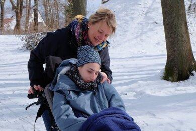 Wenn Susan Schlagmann mit ihrer 23-jährigen Tochter Lydia durch den Zwickauer Schlosspark spaziert, scheint die Welt in Ordnung. Doch der Schein trügt. Denn seit November darf Lydia nicht mehr in der Behindertenwerkstatt betreut werden.