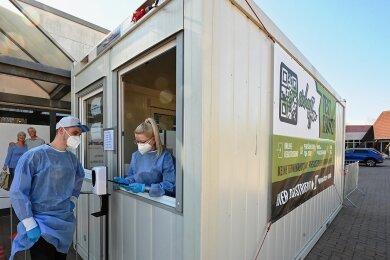 Seit knapp einer Woche finden Coronatests an einem Testcontainer im Olipark Oberlichtenau statt.