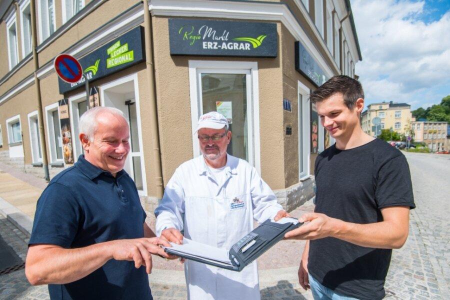 Die Agrargenossenschaft Lößnitz-Stollberg eröffnet im ehemaligen Schlecker in Lößnitz einen Regio-Markt. Bernd Schmitt, Vorstandsvorsitzender der Agrargenossenschaft, Hartmut Rucks, Leiter Direktvermarktung, sowie Yves Krone, Imker und Direktvermarkter (v. l.), bei letzten Absprachen.