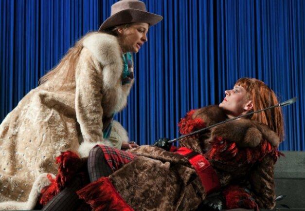 """<p class=""""artikelinhalt"""">Schillers Trauerspiel """"Maria Stuart"""" hat am 21. Februar in einer Inszenierung von Torsten Krug Premiere im Annaberg-Buchholzer Winterstein-Theater. In den Hauptrollen: Julia Gorr (l.) als Königin von Schottland und Maria Richter als Elisabeth, Königin von England.</p>"""
