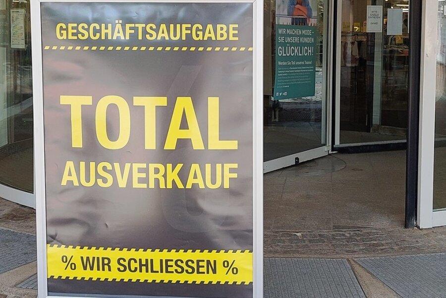 Ein Werbeschild macht auf den Ausverkauf aufmerksam.
