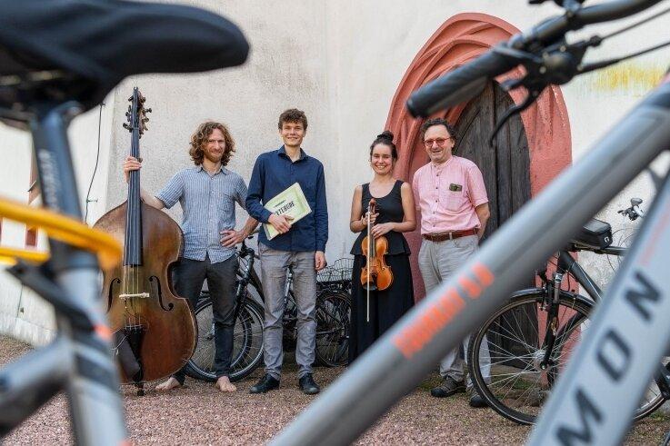 """Die Musiker des Orgeltags """"Pipe & Bike"""" an der Kirche in Königsfeld (v.r.): Kantor Jens Petzl, Geigerin Izabela Kaldunska, Musikstudent Hannes von Bargen und Kontrabassist Jakob Petzl."""