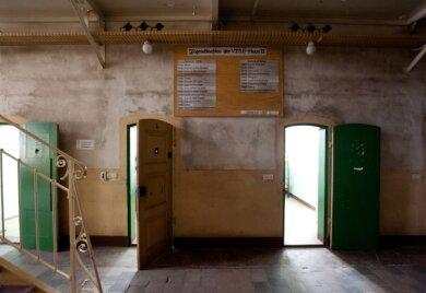 5 Uhr Wecken, 6.10 Uhr Abrücken zur Arbeit: Eine Tafel im Zellengang erinnert an den Tagesablauf im DDR-Gefängnis.