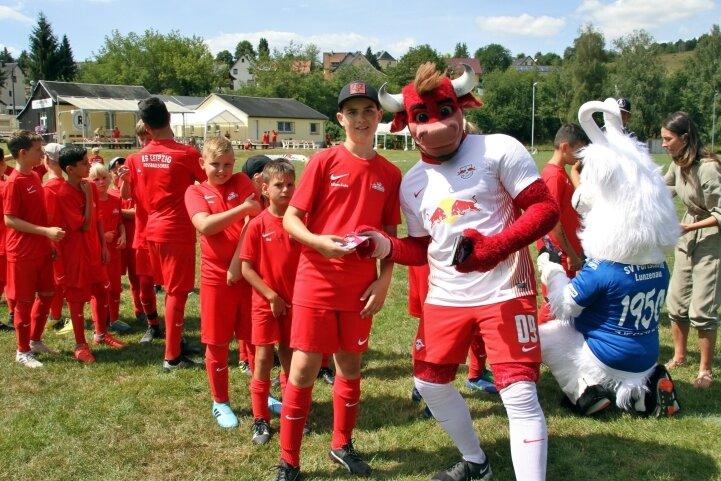Die Autogramme von Bulli, dem Maskottchen des RB Leipzig, waren bei den Nachwuchsspielern in Göritzhain heiß begehrt, aber auch die von Ziegfried von SV Fortschritt Lunzenau.