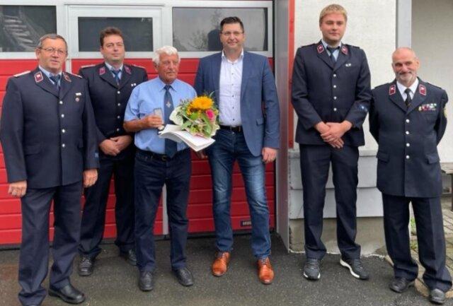 Seit 1951 ist Wolfgang Seidel (3. von links) Mitglied der Feuerwehr Oberzwota. Glückwünsche gab es von Wolfgang Schuster, Wehrleiter Mario Schuster, Oberbürgermeister Thomas Hennig sowie Georg Hille und Gunter Reichelt von der Wache 1 der Klingenthaler Wehr (von links).