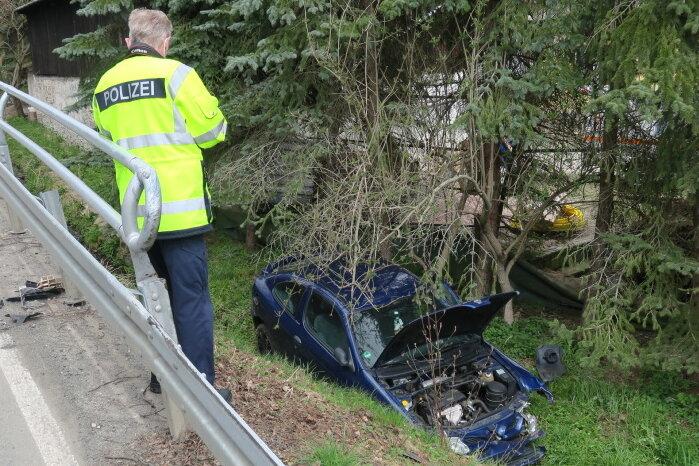 Ein Renault-Fahrer kam am Freitag von der Straße ab und landete in einem Bach.