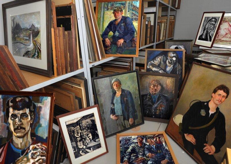 """<p class=""""artikelinhalt"""">Blick in das Kunstdepot der Wismut GmbH in der Jagdschänkenstraße in Chemnitz. Die Bilder entstanden im verlauf von fast vier Jahrzehnten und tragen die Handschriften von 300 Künstlern. </p>"""