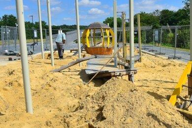 Der Kleinkinderspielplatz am Fuße der Schlangenbrücke bekommt ein Jahr nach der Landesgartenschau nun ein Sonnensegel.