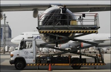 Politiker aus der Regierungsfraktion haben Bundesverkehrsminister Peter Ramsauer (CSU) für das Flugverbot in Deutschland kritisiert und mehr Verständnis für die Fluggesellschaften gefordert.