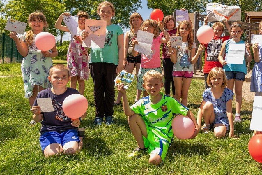 Die Hortkinder der Diesterweg-Grundschule haben Luftballons mit Grüßen für die Finder Steigen lassen. Eine Antwort haben sie jetzt unter anderem aus der Steiermark erhalten. Und es gab süße Überraschungen. Foto: David Rötzschke