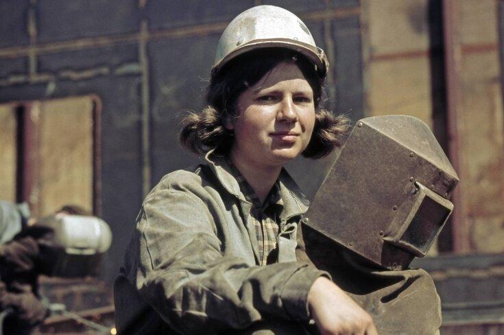 """Frauen in traditionellen Männerberufen - keine Seltenheit in der DDR: Junge Schweißerin bei der Arbeit im VEB Warnowwerft Warnemünde. Etwa 90 Prozent der Frauen waren in der DDR berufstätig, so Sabrina Zachanassian in ihrem Vortrag zum """"Frauenbild in der DDR""""."""