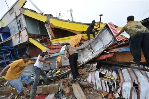 Das indonesische Gesundheitsministerium befürchtet, dass auf der Insel Sumatra mehrere tausend Erdbeben-Tote zu beklagen sind. In der Großstadt Padang wurden zahlreiche Gebäude zerstört.