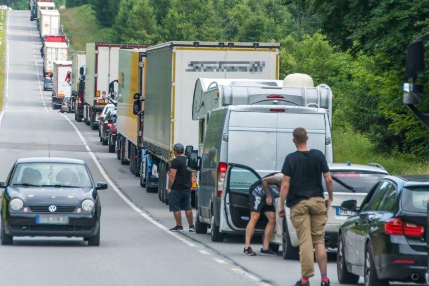Bürgerinitiative sorgt mit Protest für kilometerlangen Stau auf der B 174