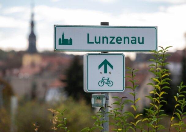 Hinweis auf den Mulderadweg an den Muldeterrassen in Lunzenau. Wenn die Stadt ihr Radwegenetz ausbaut, dann soll auch dieser überregionale Radweg mit an die neuen Trassen angebunden werden.