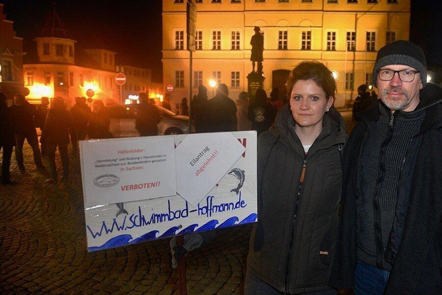 Anja und Lutz Hoffmann von der Schwimmschule in Sachsenburg zur Demo gegen die Corona-Politik auf dem Markt in Hainichen.