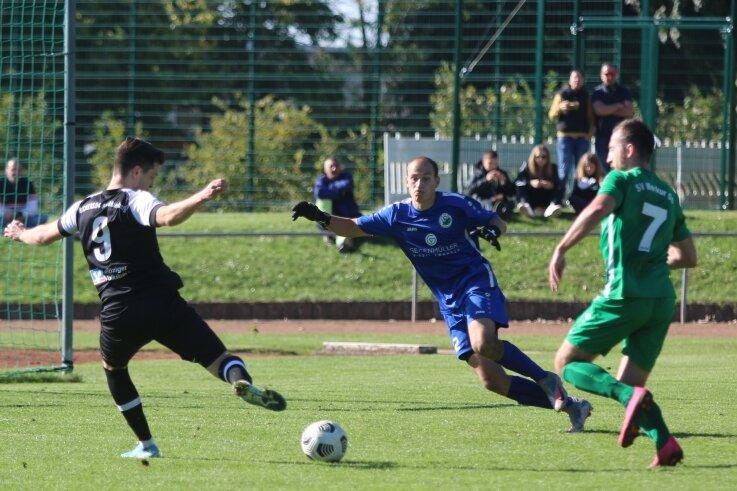 Markkleebergs vierfacher Torschütze Eric Berger (links) trifft in dieser Szene zum 3:1 für die Kickers, Merkur-Keeper Toni Lohse sowie Florian Heydeck (rechts) können nur zusehen.