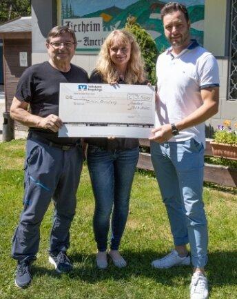 Bei einer Crowdfunding-Aktion kamen 3500 Euro zusammen. Jürgen Wichert (l.) und Dirk Vonend bei der Scheckübergabe an Peggy Kreher.