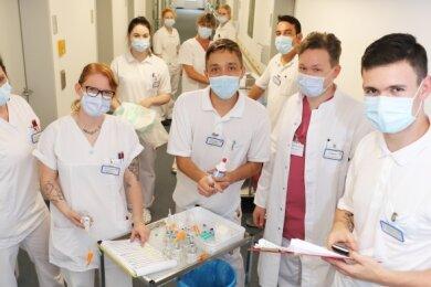 Nicolas Badora (r.) mit weiteren Azubis, Pflegekräften und Ärzten auf der Station 9 des Kreiskrankenhauses Freiberg.
