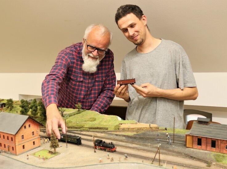 Bernd Rüger (l.) und Tobias Wolf sind im Alten Bahnhof Eppendorf mit dem Aufbau der Modellbahnanlage beschäftigt.