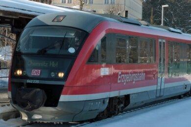 """<p class=""""artikelinhalt"""">Die Erzgebirgsbahn hält derzeit noch direkt vor dem Kurbad in Wiesenbad.</p>"""