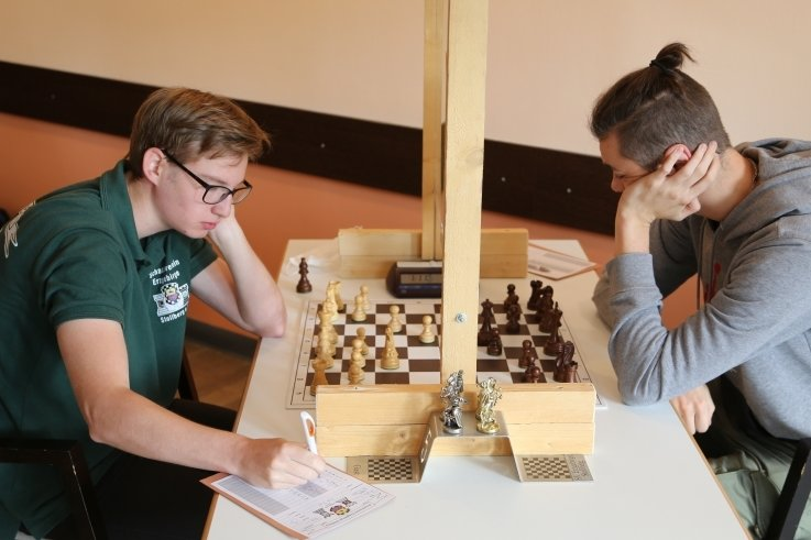 Gegen den favorisierten Jan-Niklas Bedrich (r.) trumpfte Tim Wendler auf und holte sich einen unerwarteten Sieg.