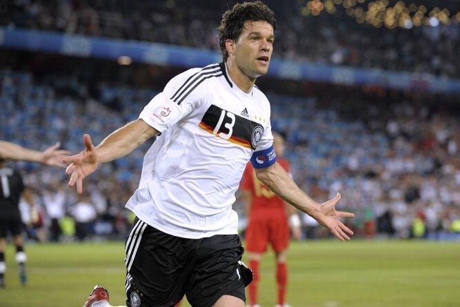 Bei der EM 2008 traf DFB-Kapitän Michael Ballack im Viertelfinale zum zwischenzeitlichen 3:1 gegen Portugal. Ein Trikot, das er bei dem Turnier trug, hat er nun signiert und zur Versteigerung angeboten.