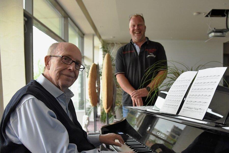 Der ehemalige Fußballfunktionär Reiner Calmund vertreibt sich die Zeit am Klavier im Hotel König Albert in Bad Elster. Hoteldirektor Marc Cantauw hört ihm dabei zu. Foto: Christian Schubert
