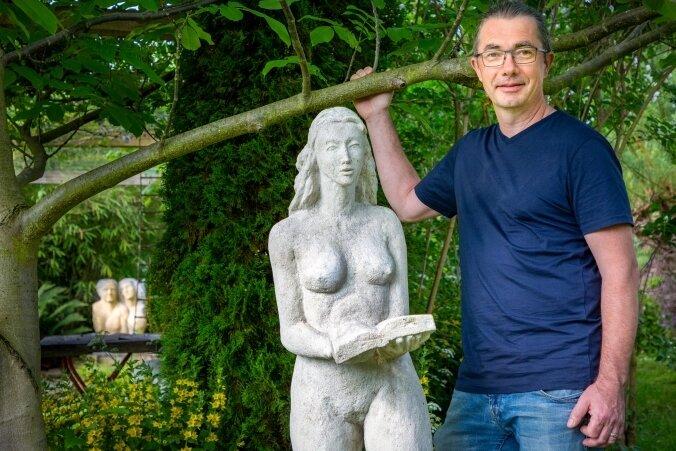 """Zum Vereinsjubiläum zeigen die Künstler eine Gemeinschaftsausstellung der Turmgalerie - hier Rolf Büttner. Im Schloss sind zwei Bilder seiner Serie """"Erinnerungen an eine Utopie"""" (2020) zu besichtigen."""