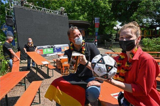 """Bereit für die Fans: Im Biergarten des """"Miramar"""" in Chemnitz waren André Gruhle und Ela Knöffel vor dem EM-Anpfiff in Fußballlaune."""