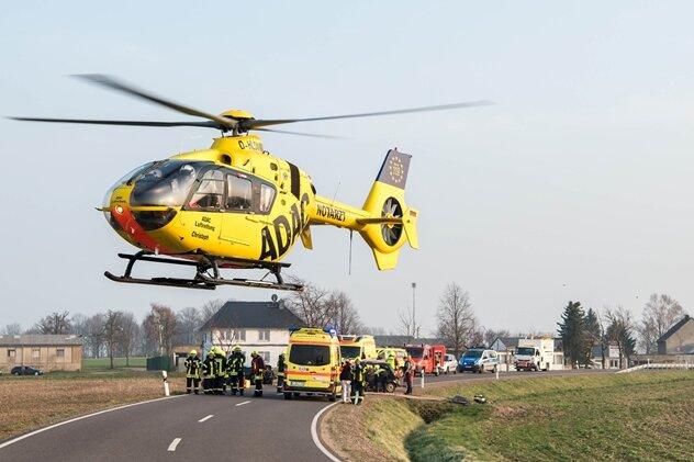 Rettungshubschrauber im Einsatz: Vier Verletzte bei Unfall auf B 107