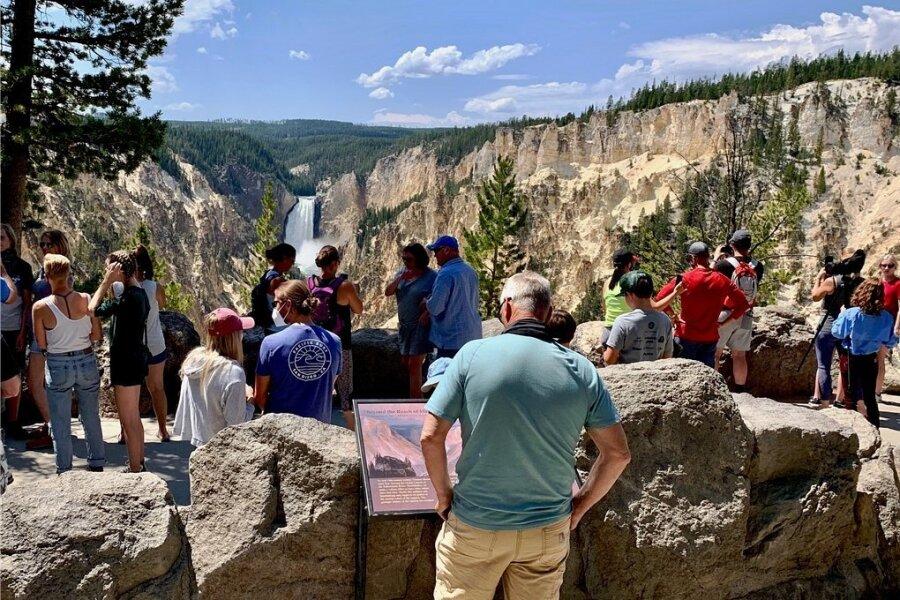 Hinten rauscht der Yellowstone-River mehr als 100 Meter in die Tiefe, vorne drängen sich die Urlauber. Nur wenige Besucher des Parks befolgen die Aufforderung, eine Maske zu tragen.