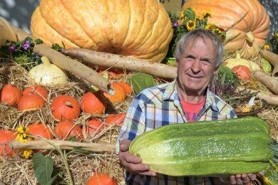 Rainer Drechsler aus Leukersdorf hatte eine besonders gute Ernte. Er präsentierte sein Riesengemüse auf dem Bauernmarkt.