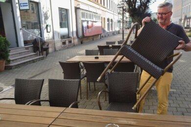 """Ulrich Nabel von der Bar """"Einbahnstraße"""" auf dem Brühl-Boulevard gehört zu den Befürwortern der späteren Nachtruhe. Er hofft, dass es künftig keine Beschwerden mehr wegen Ruhestörung gibt."""