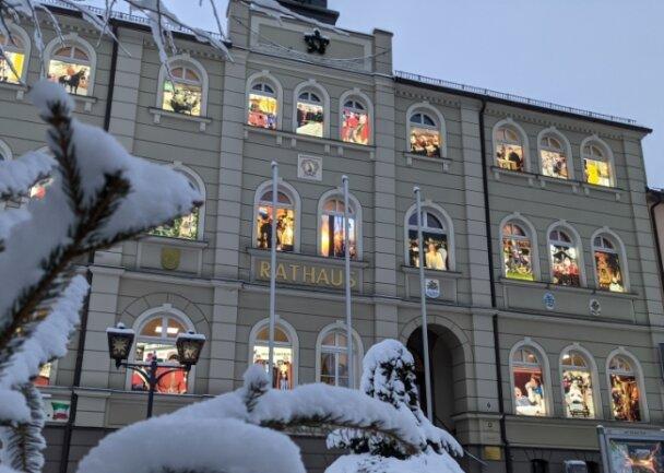 Der Zwönitzer Adventskalender am Rathaus der Bergstadt hat viele Erinnerungen gezeigt. Für den kommenden Advent sollen Bilder von Zwönitzer Künstlern entstehen.