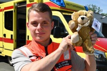 Notfallsanitäter Dominik Leistner mit dem Teddy.